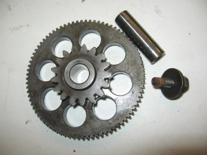 idle gear + shaft , starttandwiel met as 	Gpz900 1984-86 ,zl900 1985-86	16085-1119 + 13107-1106